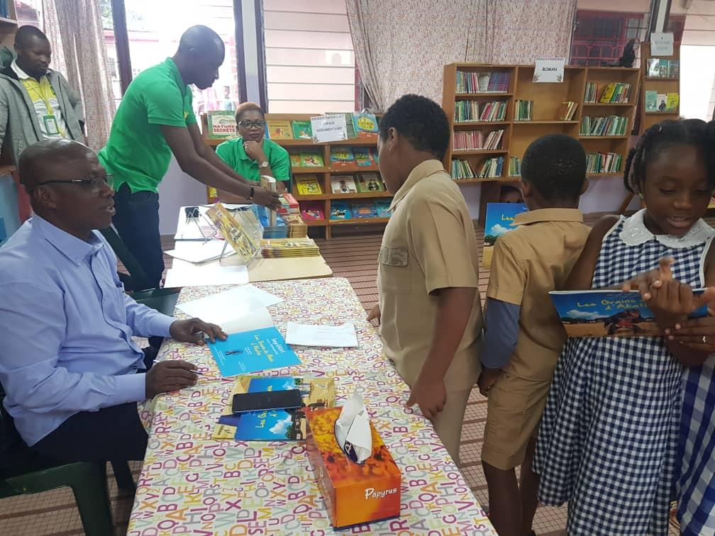 Séance d'échanges et de dédicaces avec Grah Serge écrivain de livres pour enfants