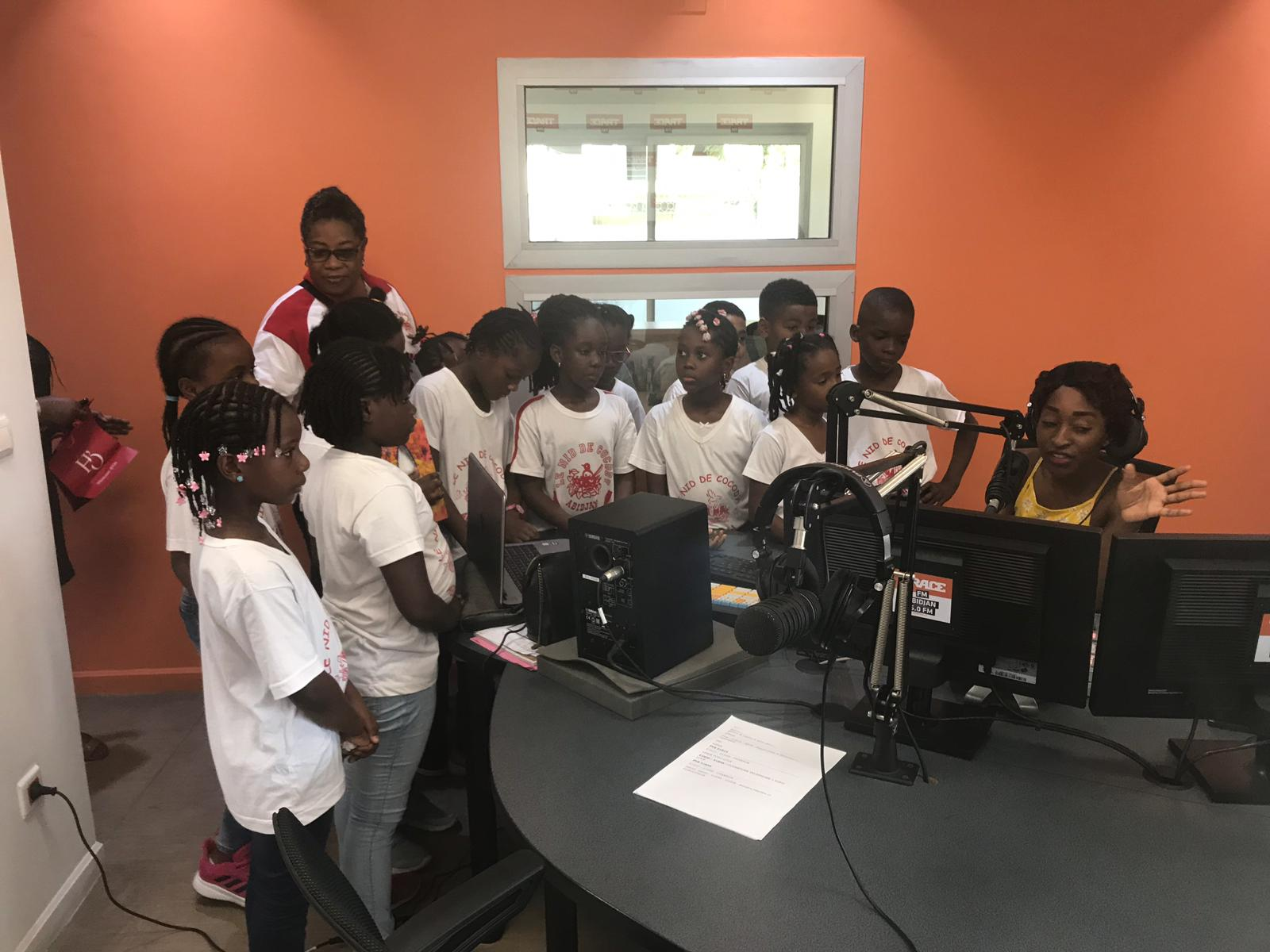 Visite des élèves à la radio Trace FM dans le cadre du projet Web Radio