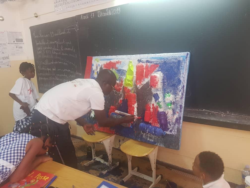 Les élèves de CE2 adoptent un comportement éco responsable avec le peintre Mayango.